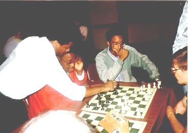 Maurice Ashley analyzing with R.O. Mitchell at 1989 U.S. Open. Kimani Stancil (now Dr. Stancil) looks on. Copyright © 1989, Daaim Shabazz