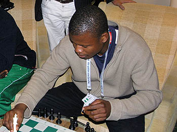 Bomo Kighiga playing blitz at Ibis Hotel in Germany during 2008 Chess Olympiad. Photo by Daaim Shabazz.