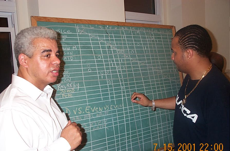 NM Ernest Colding (at left) directing the blitz tournament. Copyright © 2001, Daaim Shabazz.