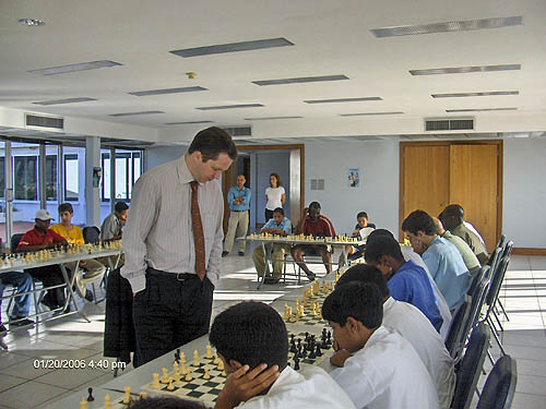 Nigel Short taking on 25 students in simul exhibition. Copyright © 2006, Lesley-ann Nelson.