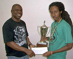 Ian Wilkinson presents trophy to NM Malaku Lorne