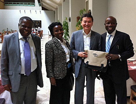 Kirsan Ilyumzhinov (center) with Nigerian chess officials including past FIDE Vice President Emmanuel Omuku.