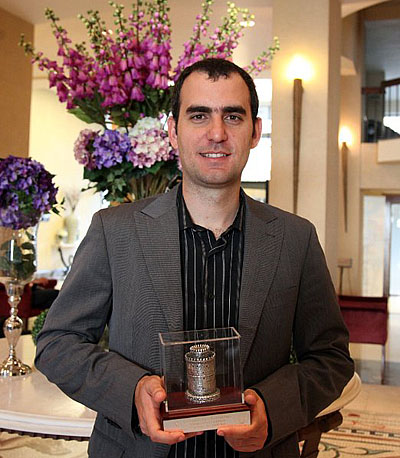 Leinier Dominguez holding his well-deserved trophy. Photo by Anastasiya Karlovich.