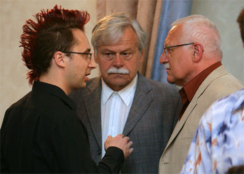 Pavel Matocha (left) with the Czech President Vaclav Klaus (right) and Grandmaster Vlastimil Hort (centre) during the match between Vladimir Kramnik and David Navara.