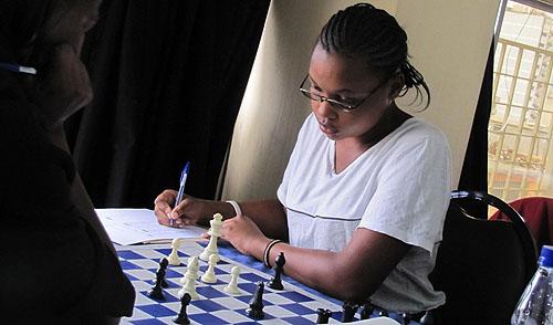 Liz Minayo carefully annotates her move.