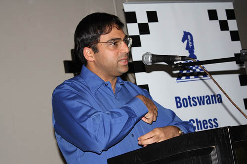 Anand addresses audience at dinner. Photo by Booster Galesekegwe.
