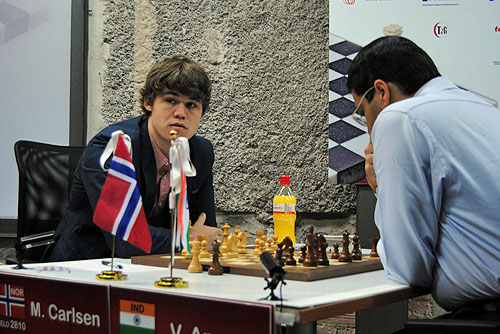 Carlsen was unable to find the answers to his slump against the World Champion (0-1). Photo by Luis Manuel Andres.