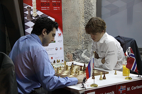 Carlsen in trouble against Kramnik (1-0). Photo by bilbaofinalmasters.com.