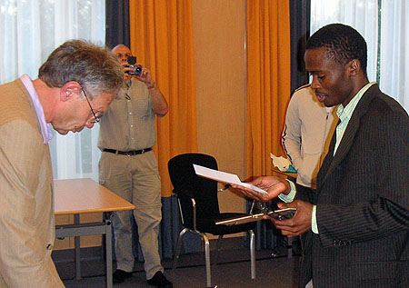 Amon Simutowe receives his certificate for the GM result. Photo by Ben Schulte.