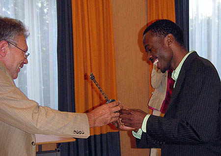 GM-elect Amon Simutowe receives his 1st place trophy at the Euwe Stimulans tourney. Photo by Ben Schulte.