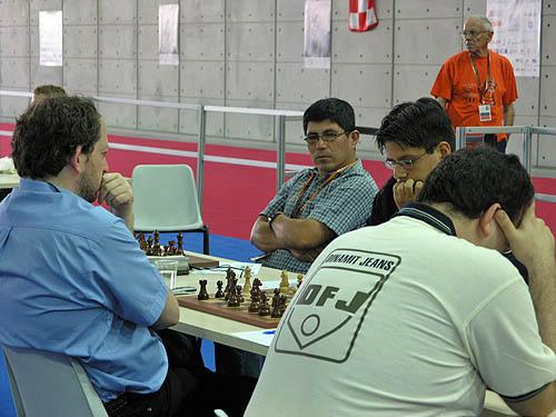 GM Julio Granda of Peru observes Cordova's upset in the making. Copyright © 2006, Daaim Shabazz.