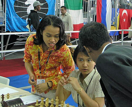 Malaysia(women) strategizing before 1st round. Copyright © 2006, Daaim Shabazz.