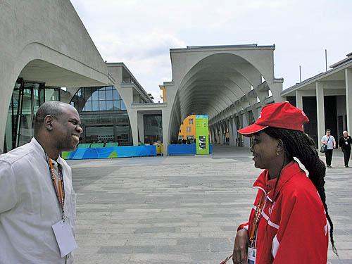 Jamaican Federation President Ian Wilkinson chatting with Rosemary Amadasun of Nigeria. Copyright © 2006, Daaim Shabazz.