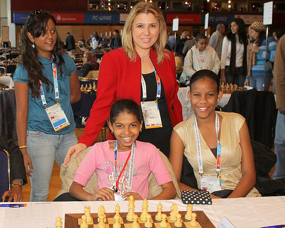 GM Susan Polgar posing with Trinidadian team. Standing is Aditi Soondarsingh and seated are Javanna Smith and Lyndy Ann Guiseppi. Photo by FM Paul Truong.