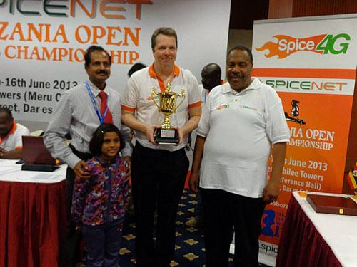 VICE-PRESIDENTE da Federação Internacional de Xadrez (FIDE), o zambiano Lewis Ncube a direita