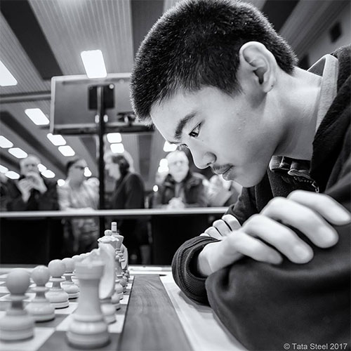 GM Jeffery Xiong is on a torrid pace and takes sole possession of 1st.