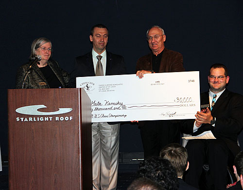 Gata Kamsky receives his check for US$30,000 at the Closing Ceremonies.