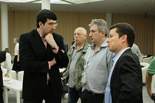 Former World Champion Vladimir Kramnik speaking here with GMs Maxim Dlugy and Joel Lautier. He was very critical at the draw offer by Anand. Photo by Alexey Yushenkov.