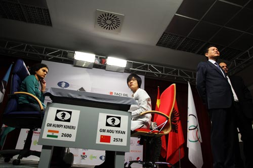 Koneru Humpy and Hou Yifan along with FIDE President Kirsan Ilyumzhinov at the beginning of the 2011 Women's World Championship.