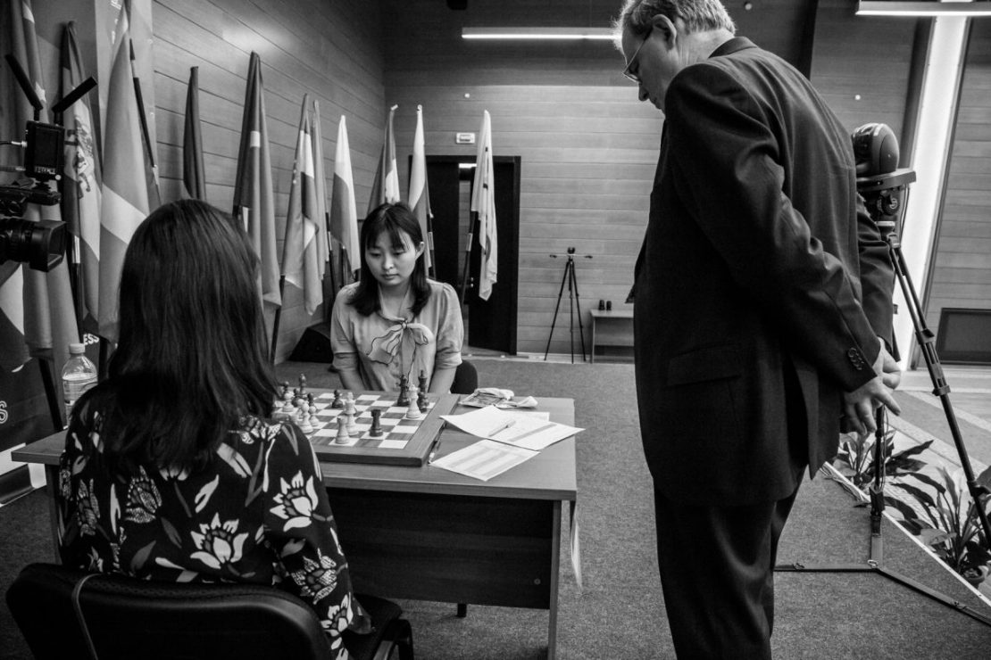 Arbiter looks on after the devastating 32...Rg2+. Photo by ugra2018.fide.com.