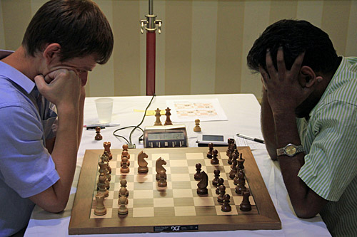 GM Sergei Azarov (Belarus) - GM Deepan Chakkravarthy (India), 1/2. Photo by Daaim Shabazz.