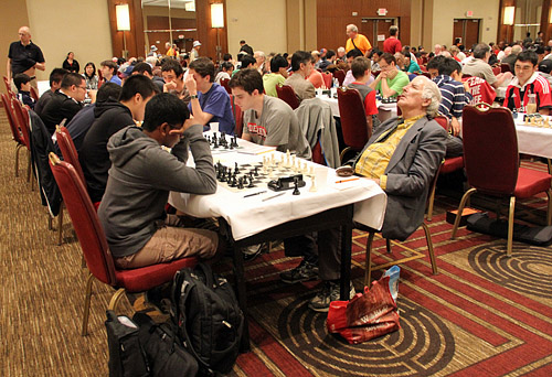 FM Larry Gilden taking a nap during his game with Jeevan Karamsetty. He lost. Photo by Daaim Shabazz.