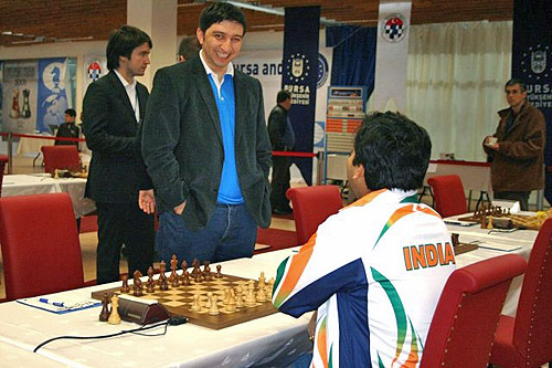 Vugar Gashimov chats with Surya Ganguly, a long-time foe from junior days. Gashimov would not be smiling after the match. India defeated Azerbaijan for a minor upset.
