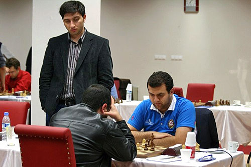 Vugar Gashimov kibitzes Athanasios Mastrovasilis-Rauf Mamedov. The game was draw, but the Azeri team won 3-1 putting them in joint 3rd with India place for medal contention.